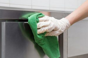Wenn die Behörde Ihren Betrieb geschlossen hat, hilft nicht nur putzen. Dann muss Desinfiziert werden und oft noch mehr. Die Kosten, welche bei einer Betriebsschließung entstehen übernimmt die Betriebsschließungsversicherung.