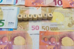 Die Riester - Rente ist ein unterschätztes Mittel um für seinen Ruhestand eine Vorsorge zu treffen. Gerade im Umfeld der Niedrigzinsen ist die Riester - Vorsorge durch seien staatlichen Förderungen ein durchaus interessantes Mittel um dennoch mit Rendite vorzusorgen.