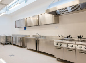 So sauber sieht es nur aus wenn die Küche neu eingebaut wird. Aber auch noch nach Jahren sollte die Küche hygienisch rein sein, damit sie den Ansprüchen der Hygieneverordnung genügt.